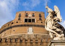 Engel, der das Schloss Sant'Angelo in Rom schützt Stockbilder