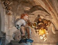 Engel, der einen menschlichen Schädel und eine Trompete auf einer Dekoration im Sedlec-Ossuary, Kutna Hora, Tschechische Republik lizenzfreie stockfotografie