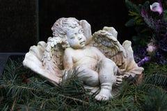 Engel, der in seinen Flügeln schläft Lizenzfreies Stockbild