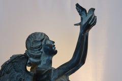Engel, der Taube freigibt Stockfotografie