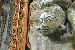 Engel der Wasserstatue an hindischem Tempel Balis Lizenzfreie Stockfotos