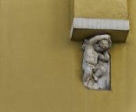 Engel die de verwarmingspijp opheft royalty-vrije stock foto