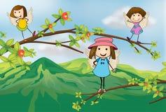 Engel, die an der Niederlassung eines Baums spielen Stockbild