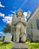 Engel die in een begraafplaats bidden royalty-vrije stock fotografie