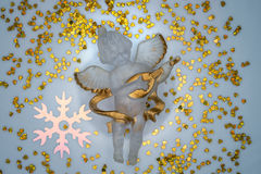 Engel door harten en sneeuwvlokken wordt omringd die Stock Afbeeldingen