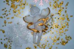 Engel door harten en sneeuwvlokken wordt omringd die Stock Afbeelding
