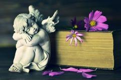 Engel en bloemen stock foto's