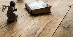 Engel en de bijbel stock fotografie