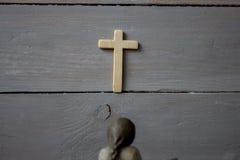 Engel en kruis op houten achtergrond Stock Afbeelding