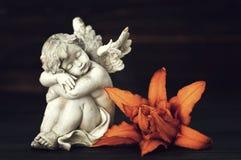 Engel en leliebloem stock fotografie