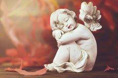 Engel en rode de herfstbladeren stock fotografie