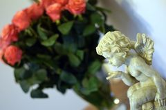 Engel en rozen royalty-vrije stock afbeeldingen