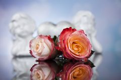 Engel, glücklicher Valentinstag, Spiegelhintergrund lizenzfreies stockfoto