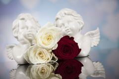 Engel, glücklicher Valentinstag, Spiegelhintergrund lizenzfreie stockfotos