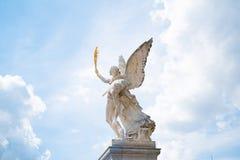Engel in hemel, standbeeld met de achtergrond van de wolkenhemel stock foto's