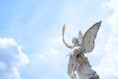 Engel in hemel, standbeeld met de achtergrond van de wolkenhemel Stock Afbeeldingen