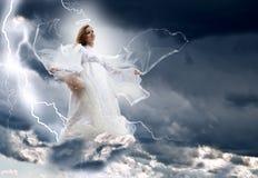 Engel in het hemelonweer royalty-vrije stock afbeeldingen