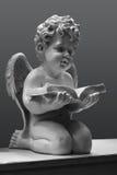 Engel met het boek op een grijze achtergrond Stock Afbeeldingen