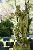 Engel met kruis bij ernstige werf royalty-vrije stock fotografie