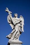 Engel met kruisbeeld dichtbij Castel Sant Angelo-brug in Rome, het Stock Fotografie