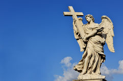 Engel mit dem heiligen Kreuz Lizenzfreie Stockfotos
