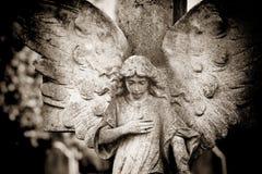 Engel mit der Hand auf Herzen Stockfoto
