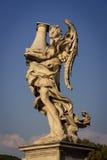 Engel mit der Spalte Stockfoto