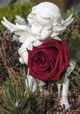 Engel mit einer roten Rose Lizenzfreie Stockfotografie