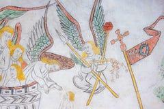 Engel mit Folterungsinstrumenten, altes gotisches Fresko Stockfoto