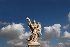 Engel mit heiligem Kreuz Stockbild