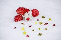 Engel mit Herzen auf Schnee Stockfotos