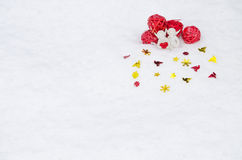 Engel mit Herzen auf Schnee Stockbild