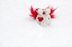 Engel mit Herzen auf weißem Schnee Stockfotografie