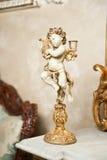Engel mit Leierverzierung Goldene Verzierung Weinleseengel Keramischer Engel, der Harfe spielt Amor als Kerzenhalter auf Marmor Stockfoto