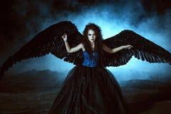 Engel mit schwarzen Flügeln lizenzfreie stockbilder