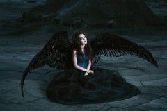 Engel mit schwarzen Flügeln stockfoto