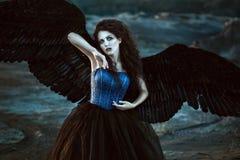Engel mit schwarzen Flügeln stockbild
