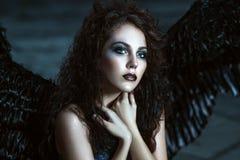 Engel mit schwarzen Flügeln lizenzfreies stockbild