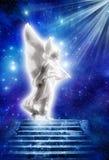 Engel mit Strahlen der Leuchte Stockfotografie