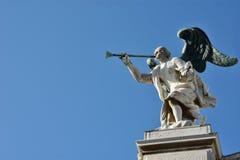 Engel mit Trompete und Kopie spacec Stockfotos