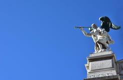 Engel mit Trompete und Kopie spacec Lizenzfreie Stockfotografie