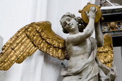 Engel mit vergoldeten Flügeln in der Kathedrale in Gdansk, Polen. stockfotografie