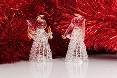 Engel mit zwei Gläsern und Weihnachtsbaum Stockbild