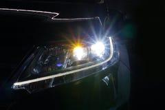 Engel mustert glühende Optiklinse des Xenonscheinwerfers lizenzfreie stockfotografie