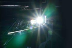 Engel mustert glühende Optiklinse des Xenonscheinwerfers lizenzfreie stockfotos