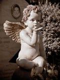 Engel op een kind` s graf in de zon royalty-vrije stock foto