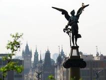 Engel in Praag boven de stad stock foto's