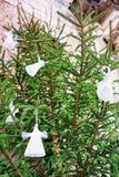 Engel stellt das Hängen am Weihnachtsbaum in altem Riga dar Lizenzfreies Stockbild