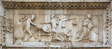 Engel und Dämonen auf mittelalterlichem Flachrelief lizenzfreies stockbild