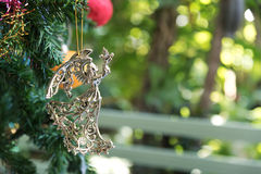 Engel und verzierter Weihnachtsbaum Stockbild